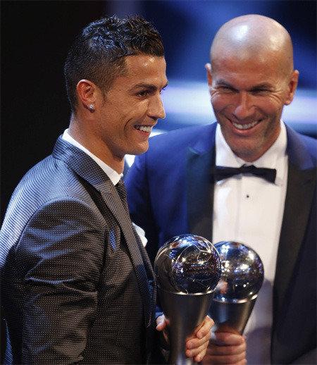 皇马巨星C罗力压梅西连续两年赢得FIFA世界足球先生