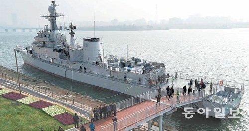 """汉江上出现足球场长度的1900吨级的""""退役军舰"""""""