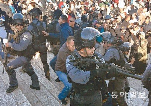 巴以形势扑朔迷离,巴勒斯坦人与以色列警察发生激烈冲突