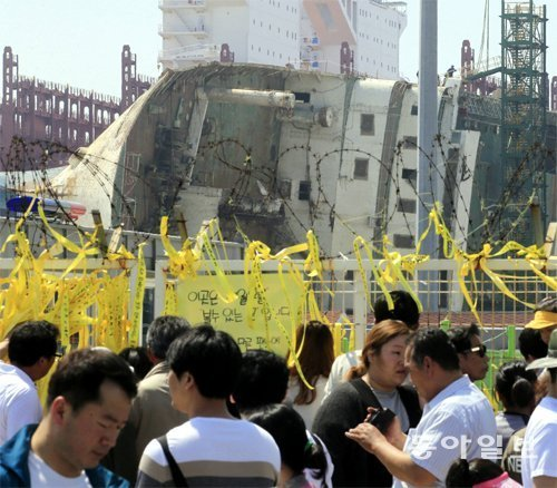 Mourners flow for the 3rd anniversary of Sewol tragedy