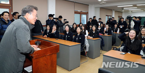 President Moon makes a visit to quake-hit Pohang