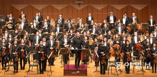 A guide to symphonies teaches readers how to appreciate
