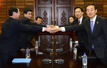 Handshake of thawing inter-Korean relations
