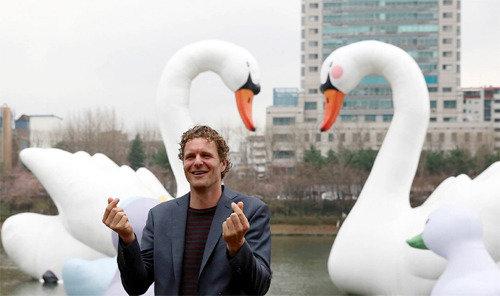 石村湖に「スイート・スワン」設置した美術家・ホフマン氏、「多くの子供が生まれるように」願いを込めて