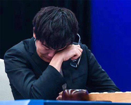 涙を見せた柯潔9段、「アルファ碁との対局、苦しかった」