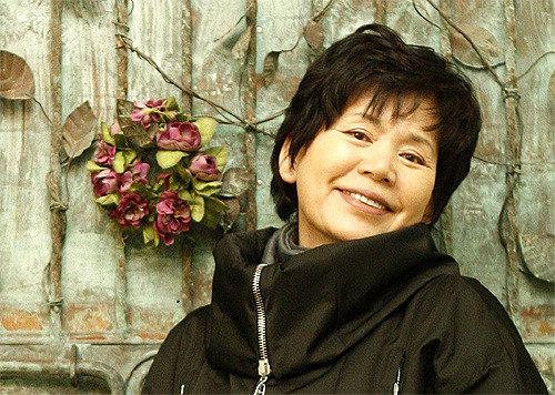若い演劇人を抱えた「演劇界のゴッドマザー」尹小晶の霊前に哀悼の波