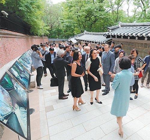 閉ざされていた徳寿宮の石垣道が58年ぶりに開放