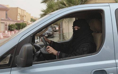 サウジ、女性の運転容認
