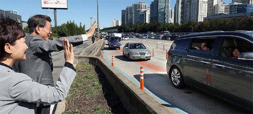 「いま京釜高速道路は少し込んでいます」、文大統領が「1日の交通通信員」として出演