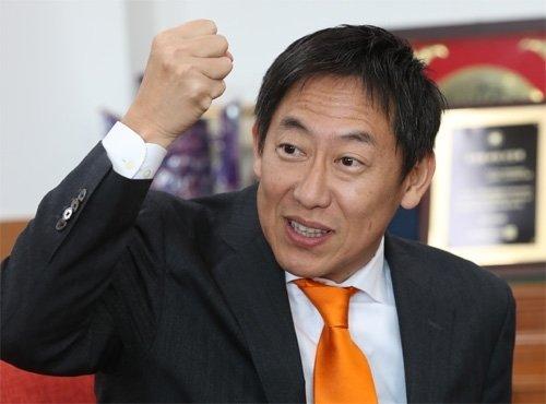 聖火リレー参加で来韓の鈴木大地・日本スポーツ長官、「30年ぶりの訪問、感無量」