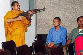 タイで僧侶が人質とり議事堂にこもる