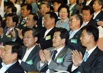 党会議に参加した李光宰議員 : ...