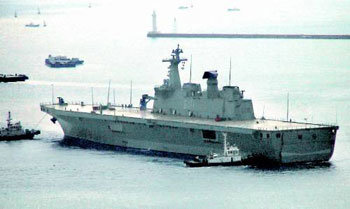 全長199mの独島艦が試験航海