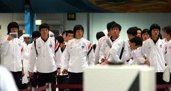 「金メダルを目指す」サッカー代表チーム、ドーハに入城