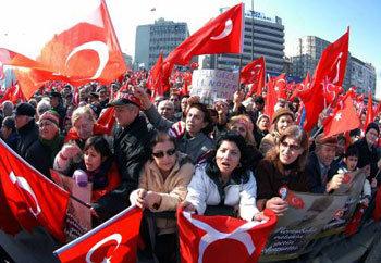 ヘジャブ着用に反対」トルコ世俗...