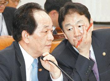 国会答弁を相談する徐長官