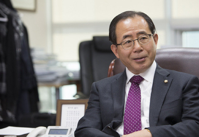 """""""文, 이분법적 선악관 심해 安, 현실정치 몰라"""""""