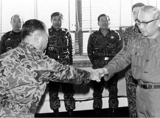 전두환〈보안사령관〉, '보안사령관 교체' 정보에   정승화〈계엄사령관〉 전격 체포