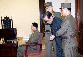 """몽둥이·쇠망치 처형, 공개총살… """"말로 해선 안 듣는다, 쳐 갈겨버리라"""" 〈김정은〉"""