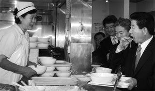 행정관과 '직거래'  경비단원과 점심식사