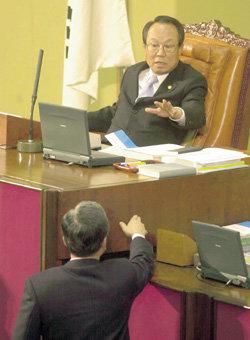 국회의장, 의원에게 양주 선물하며 법안 '로비'