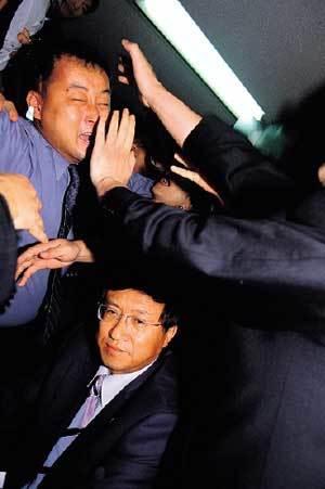 욕설·몸싸움·난장판… 마침내 갈라선 민주당