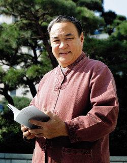 북한에서 책 출간하는 통일운동가 최선웅