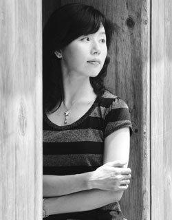 '촉촉하게 젖은 꽃잎' 닮은 시인 김선우