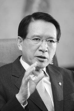 '쟁점법안 폭풍의 핵' 김형오 국회의장