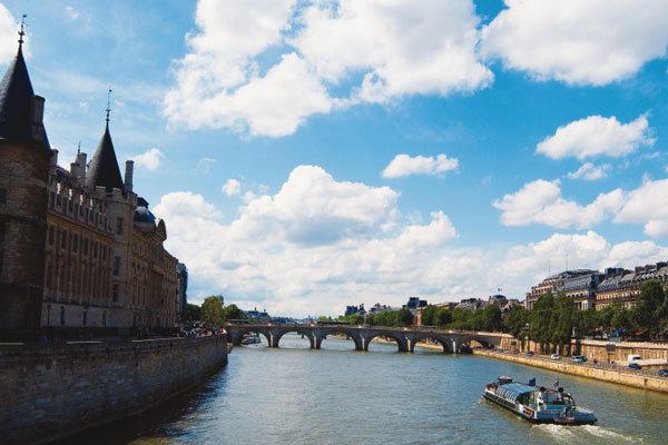 샹송과 꽃이 흐르는 파리 센 강변시장