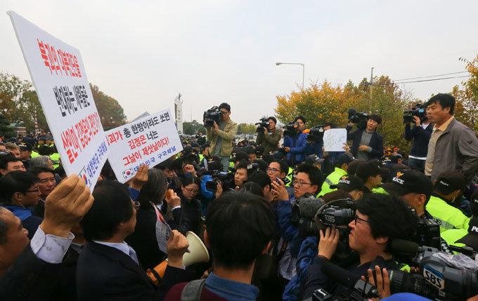 """""""北 주민 알 권리 충족"""" vs """"실향민 소식전달 대행 사업"""""""