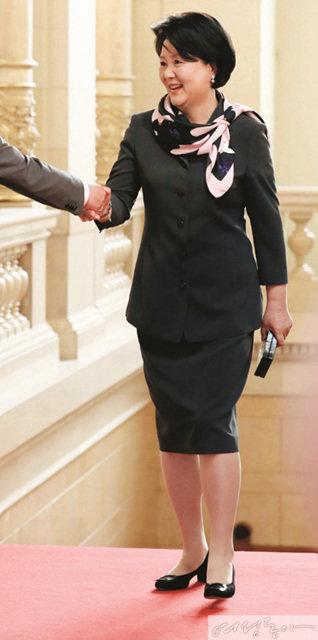 영부인의 유쾌한 패션 시그널