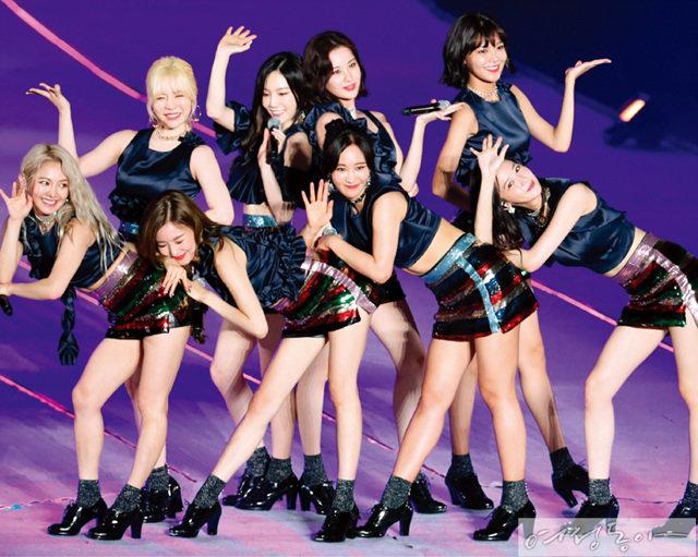 지난 7월 8일 마포구 상암서울월드컵경기장에서 열린 'SMTOWN LIVE 월드투어'에 출연해 화려한 공연을 선보인 완전체 소녀시대의 모습.
