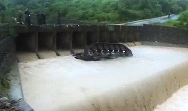 훈련 중 하천으로 추락한 타이완 '탱크(CM11)'