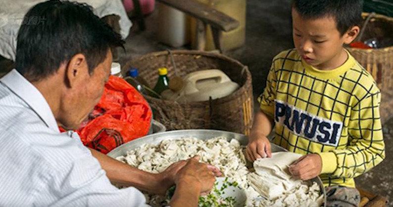 아동 노동 착취? 하루에 만두 1만개 빚는 소년