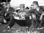 1951년 개성서 예비 휴전회담중 '타임'지 보는 북한군