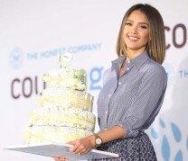 제시카 알바, 기저귀 케이크들고 짓는 아름다운 미소