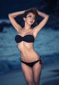 잘록한 허리 돋보이는 모델 하이디 비키니 화보