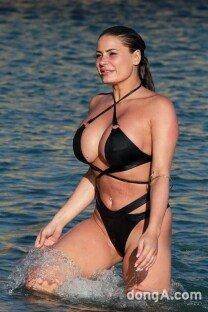 렉시 스티븐스, 비키니도 감당 못하는 아찔 볼륨 몸매