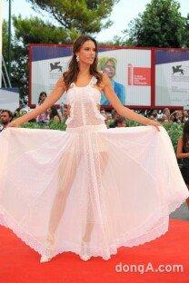 베니스영화제 참석 알렉산드라, 속살 비치는 드레스