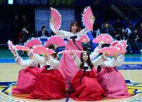 아리따운 치어리더의 부채춤 '새해 복 많이 받으세요!'