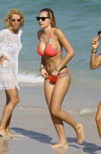 프란체스카 브람빌라, 수영복 입고 과감한 손짓