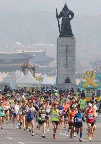 '서울국제마라톤' 도심을 달리는 마라토너들