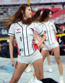 섹시 치어리더…경기장 뜨겁게 달구는 열정공연