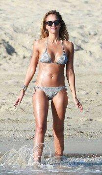 제시카 알바, 해변서 물놀이… 믿을 수 없는 몸매!