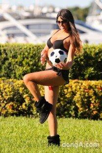 클라우디아 로마니, 건강미 넘치는 몸매로 축구 삼매경