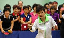 [화보] 朴대통령의 강 스매싱… '문화가 있는 날' 행사 참여