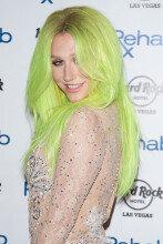 [화보] 팝가수 케샤, 파격적인 머리색에 시스루 의상
