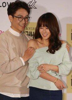 '더러버' 오정세, 류현경 드러난 어깨로 나쁜손… '슬금슬금'