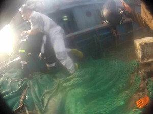 해경, '폭력저항' 동영상 공개… 목조르고 칼 휘두른 中선원 3명 구속